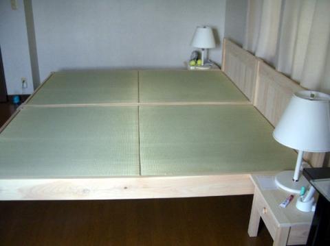 畳ベッドとナイトテーブル