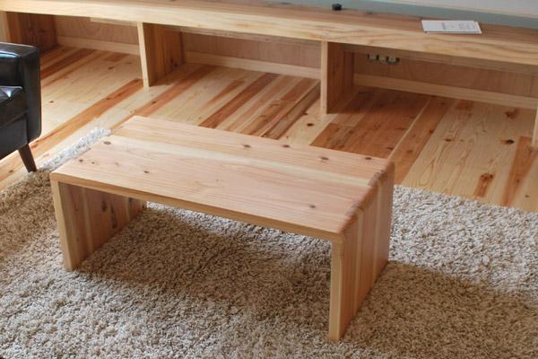 杉の住宅に 杉のテーブル 100909