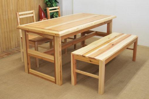 杉のテーブル