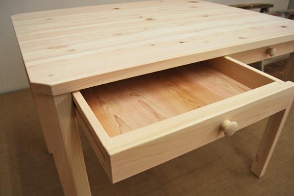 引き出し付きテーブル 机としても活用しやすいサイズ