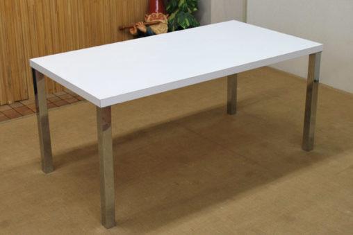 メラミン仕上げのテーブル