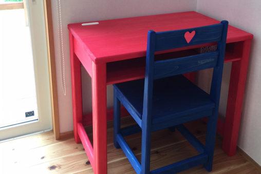 ファンキーな色合いの机と椅子!