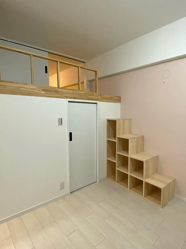 室内のロフトにひのき階段設置