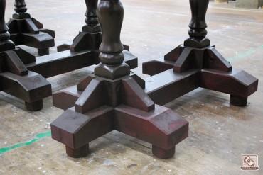 重厚なテーブルの飾り脚