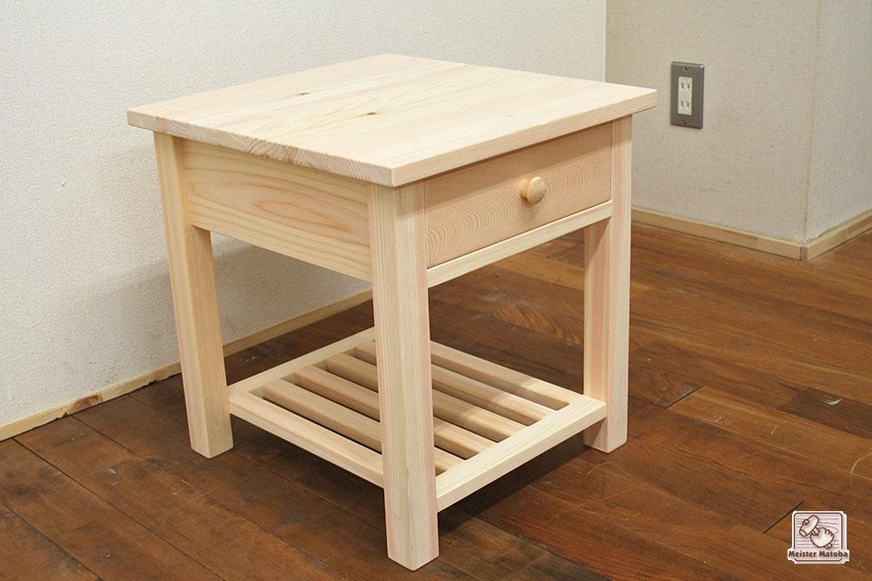 ベッドの脇の無垢ひのきサイドテーブル ナイトテーブル