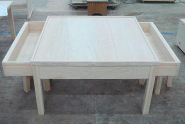 左右に引き出しがある正方形のテーブル 070201