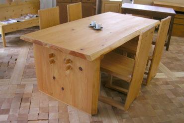天板の厚45mmぐらいの重たいひのきテーブル040806