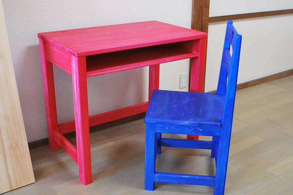 赤い机と青い椅子