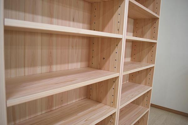 無垢ひのき薄型で大型な本棚