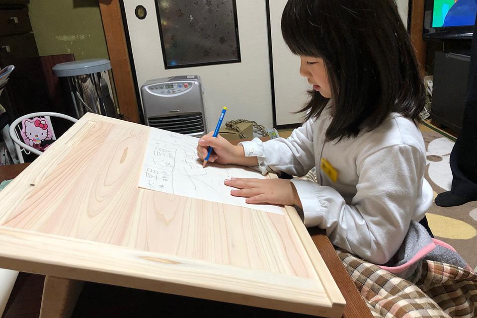書くときの姿勢を正しくしやすい無垢ひのき傾斜天板