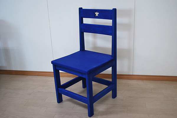 青色着色の木製椅子