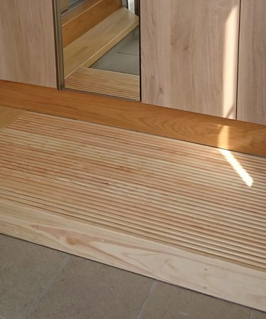ひのき玄関すのこ 前板付きの3方向囲みタイプ くるみオイル仕上げ2102020